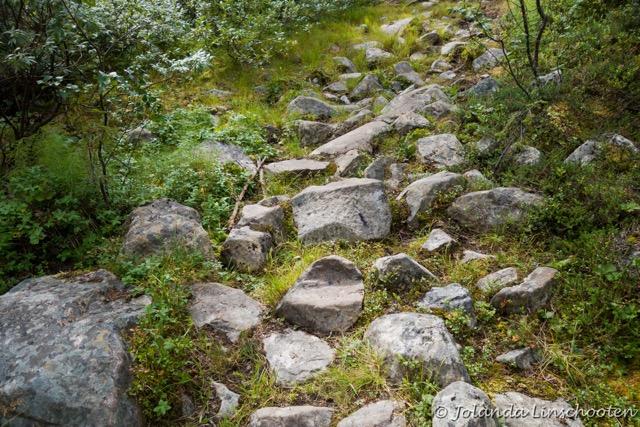 """Zelfs Jolanda Linschooten, die de gehele 450 kilometers van de Kungsleden als solo ultra-run in 8 dagen heeft afgelegd, zegt over het pad: """"De beloopbaarheid van de Kungsleden viel me tegen. Ik had duidelijk een verkeerde voorstelling van een simpel geëffend pad. Om te wandelen zal de route hier en daar al vermoeiend zijn, maar rennend over dag-etappes van gemiddeld 60 (en de laatste dag 80) km, vond ik het geregeld behoorlijk zwaar. Met name door uitermate veel keien."""""""